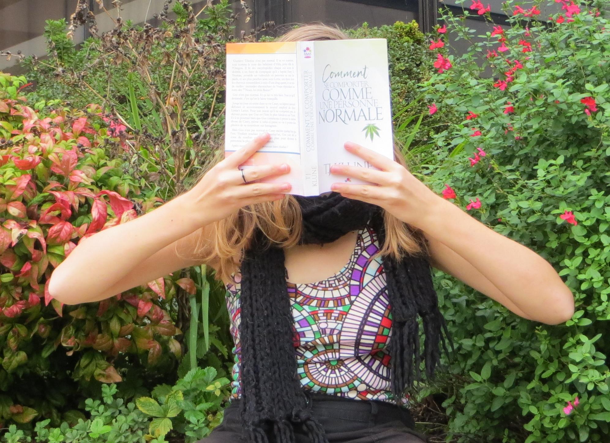 personne en débardeur à spirale lisant Comment se comporter comme une personne normale