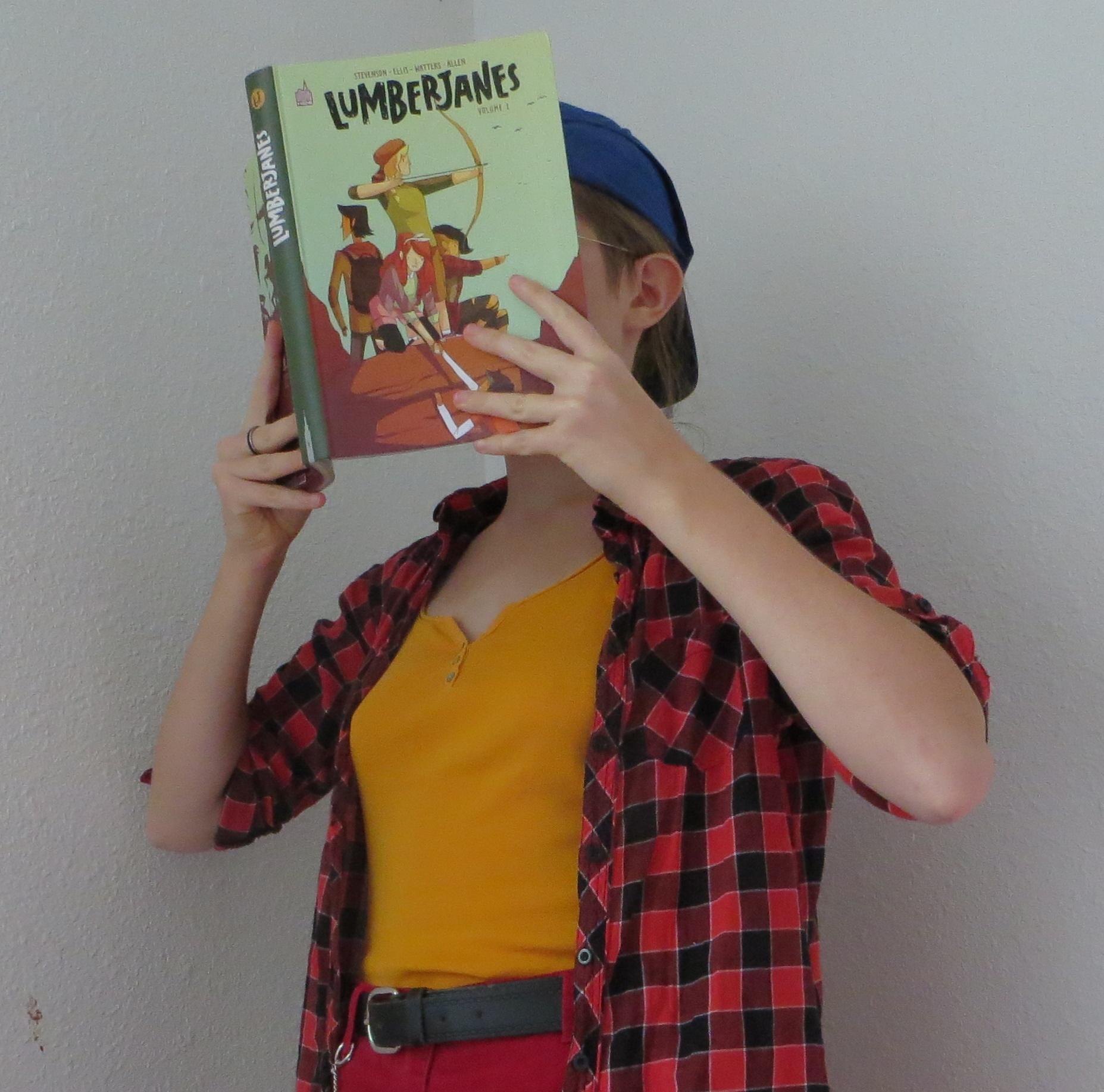 femme en débardeur, chemise et casquette lisant la BD Lumberjanes de Noelle Stevenson