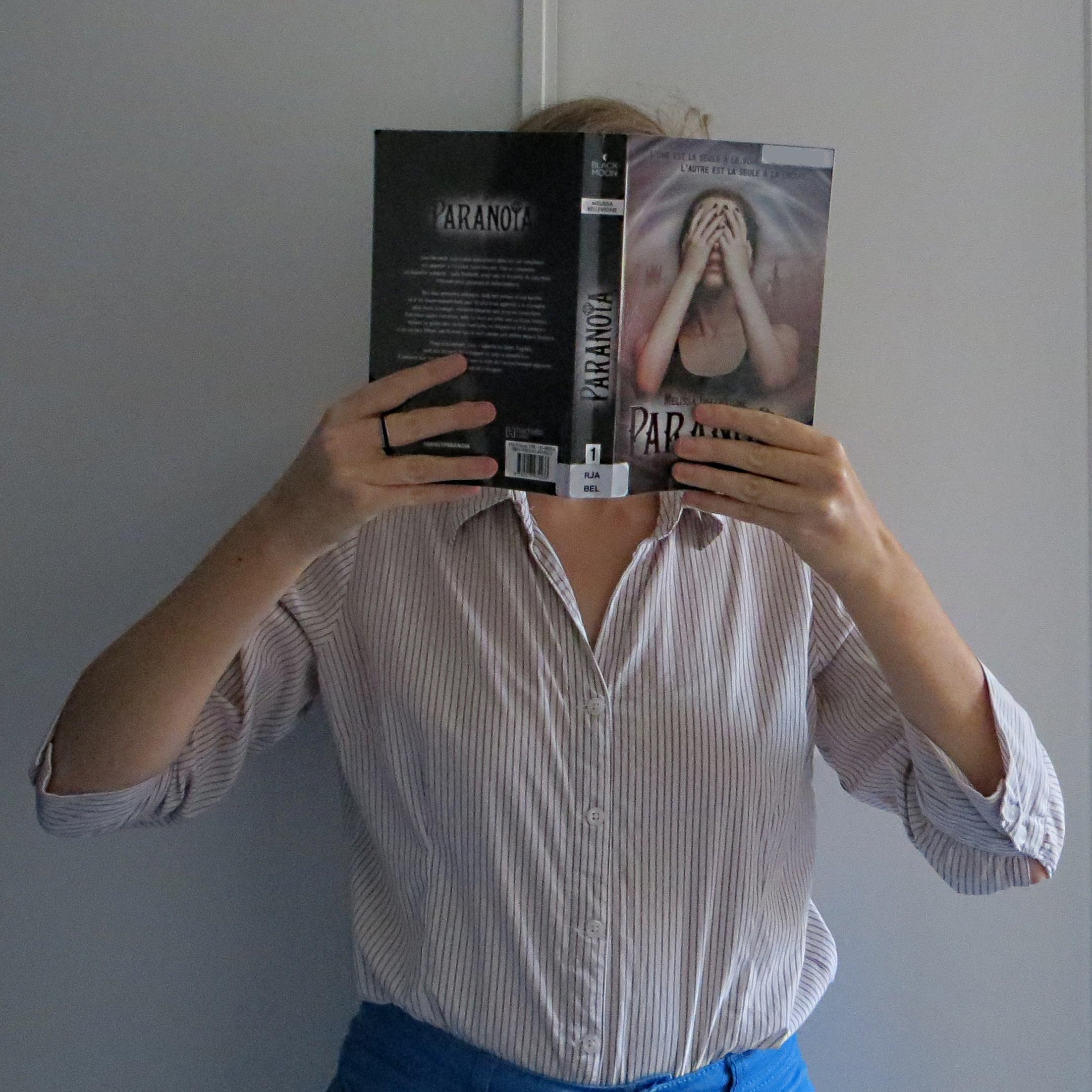 femme en chemise lisant Paranoïa