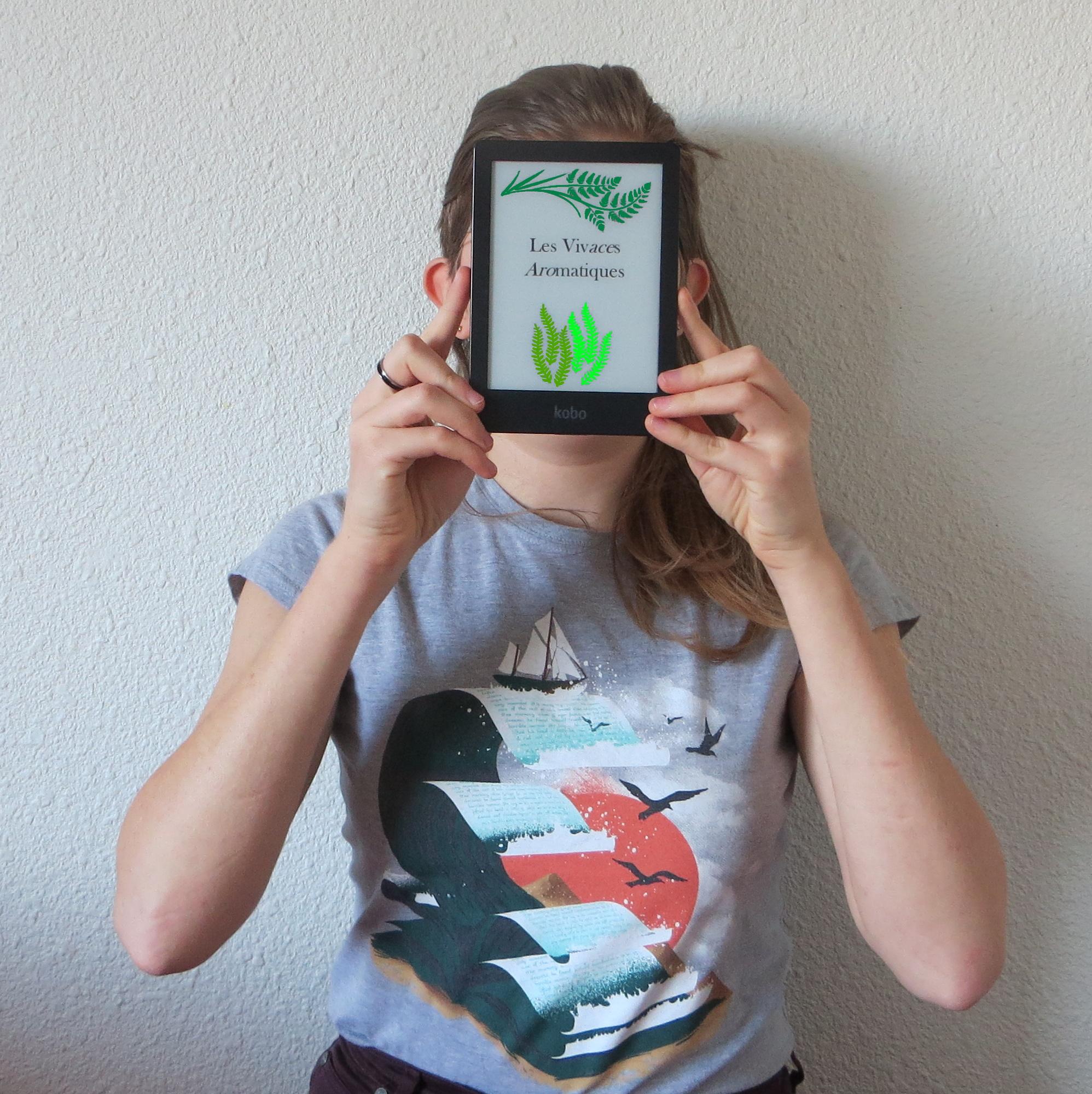 personne brandissant une liseuse avec écrit Les Vivaces Aromatiques sur l'écran