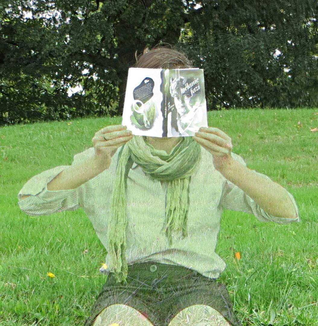 personne au corps transparent lisant Nous qui n'existons pas dans l'herbe
