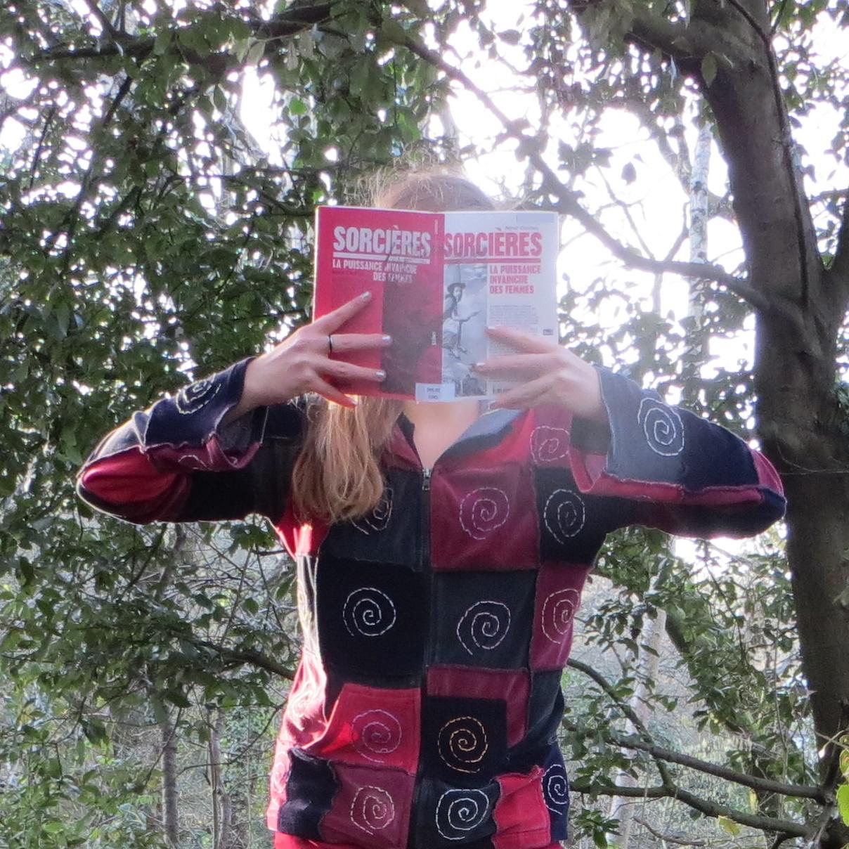 personne lisant Sorcières dans la forêt