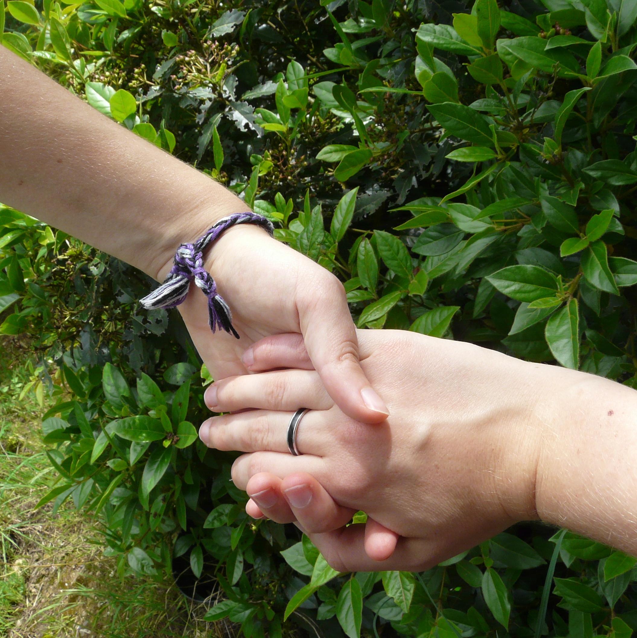 deux mains entrelacées