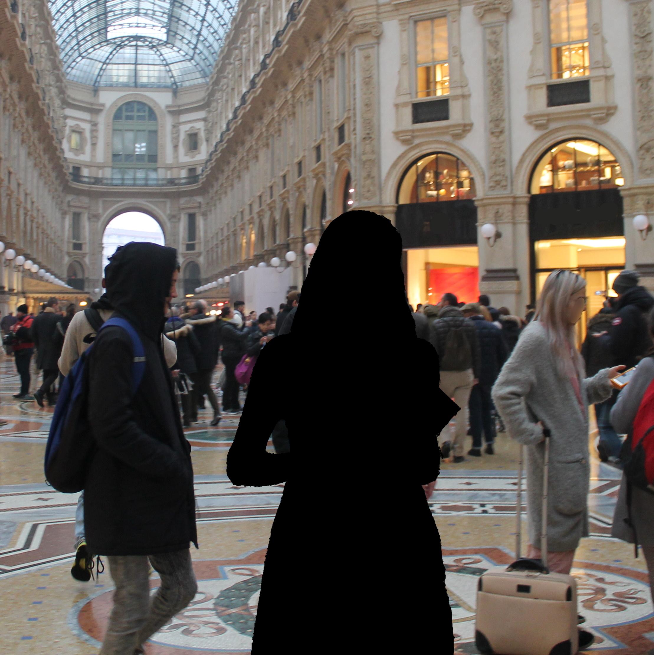 photo de foule à Milan, avec un trou noir en forme de personne