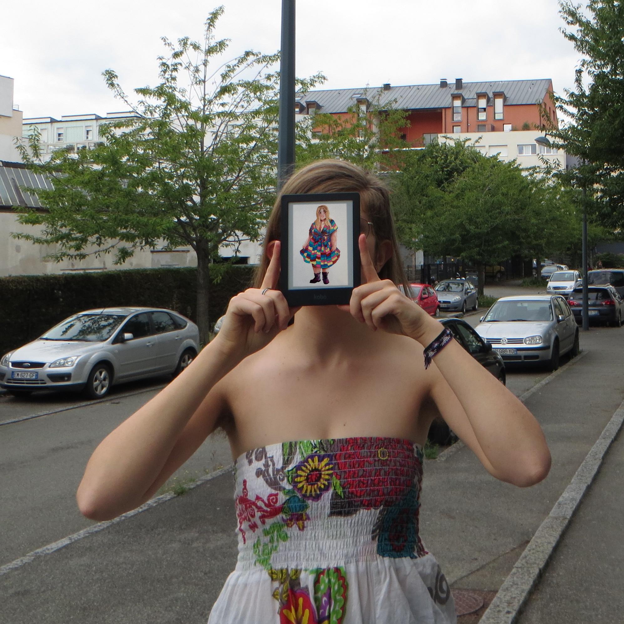 personne en sarouel multicolore lisant Tant qu'il le faudra de Cordélia dans la rue