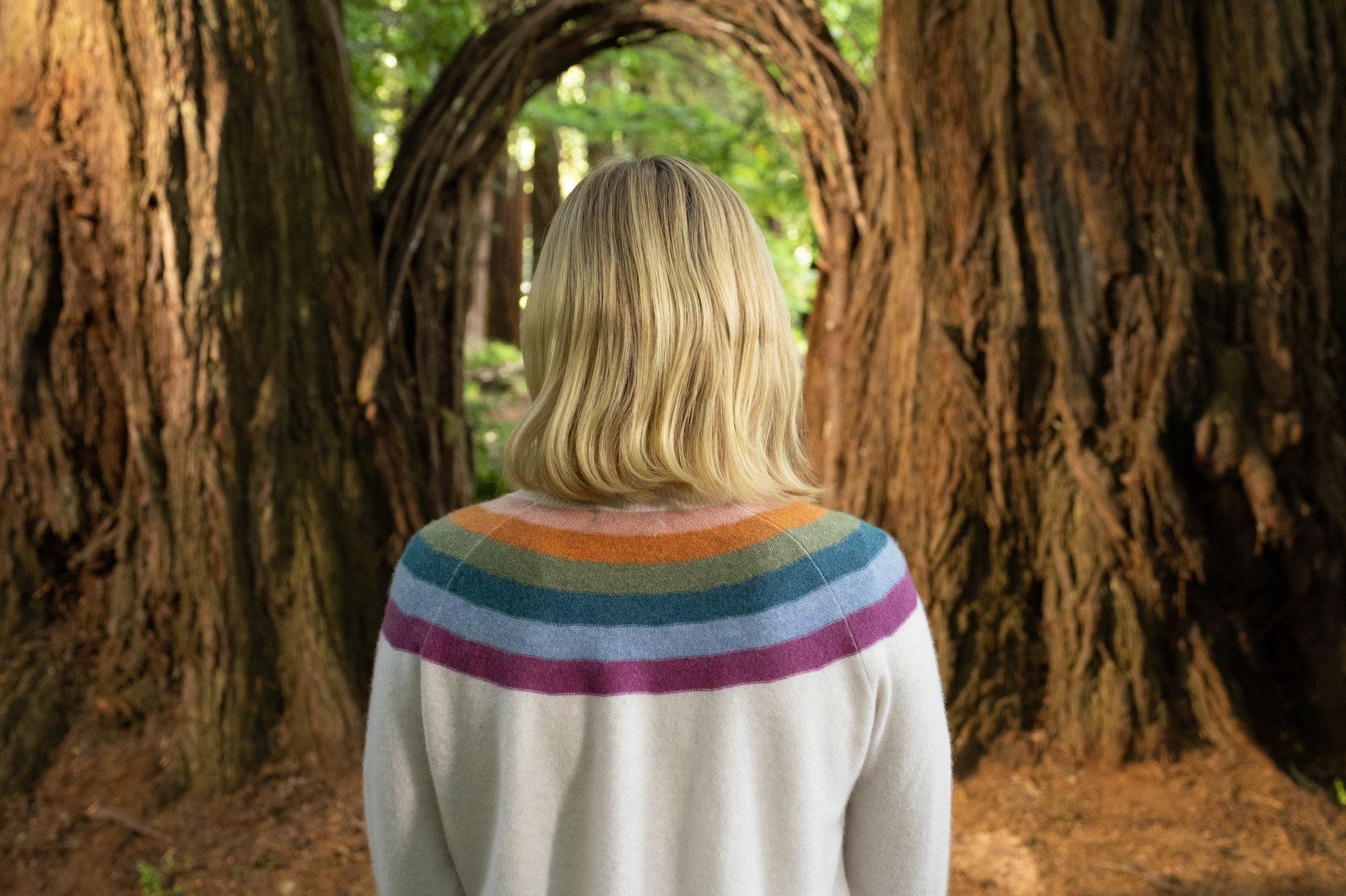 Eleanor de dos devant un portail