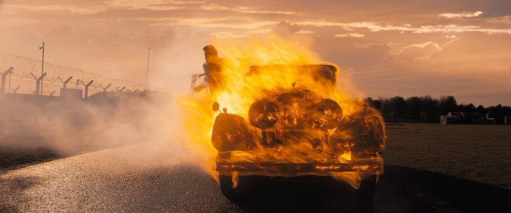 Crowley sort d'une voiture en feu