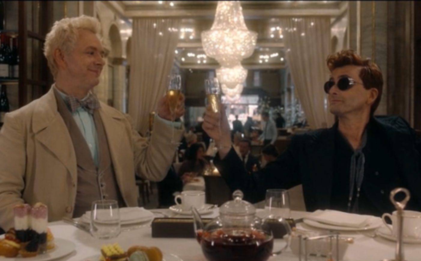 Les deux personnages sont au restaurant et trinquent