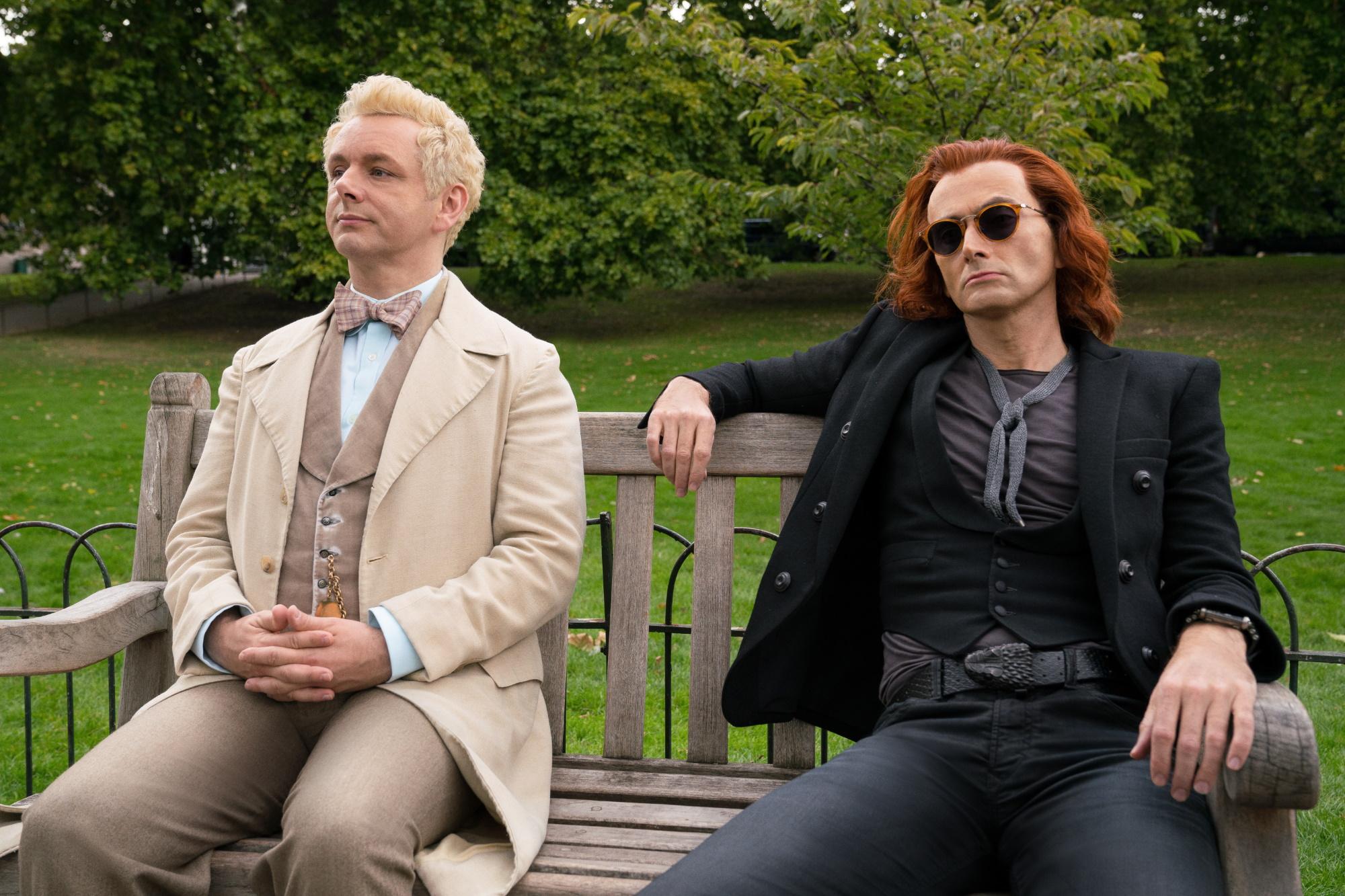 les deux personnages sont assis sur un banc