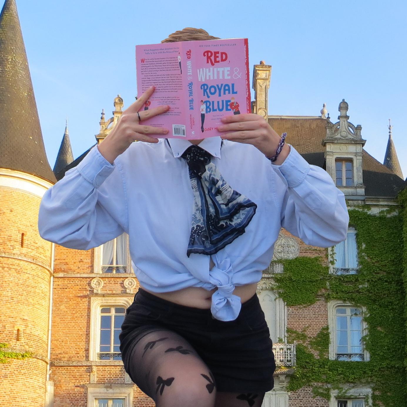 personne en chemise et collants à motifs lisant Red, White & Royal Blue devant un château