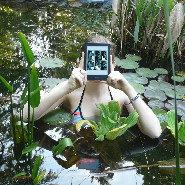 personne se baignant dans un étang rempli de plantes avec une liseuse affichant quelques cases de Drop-Out de Gray Folie