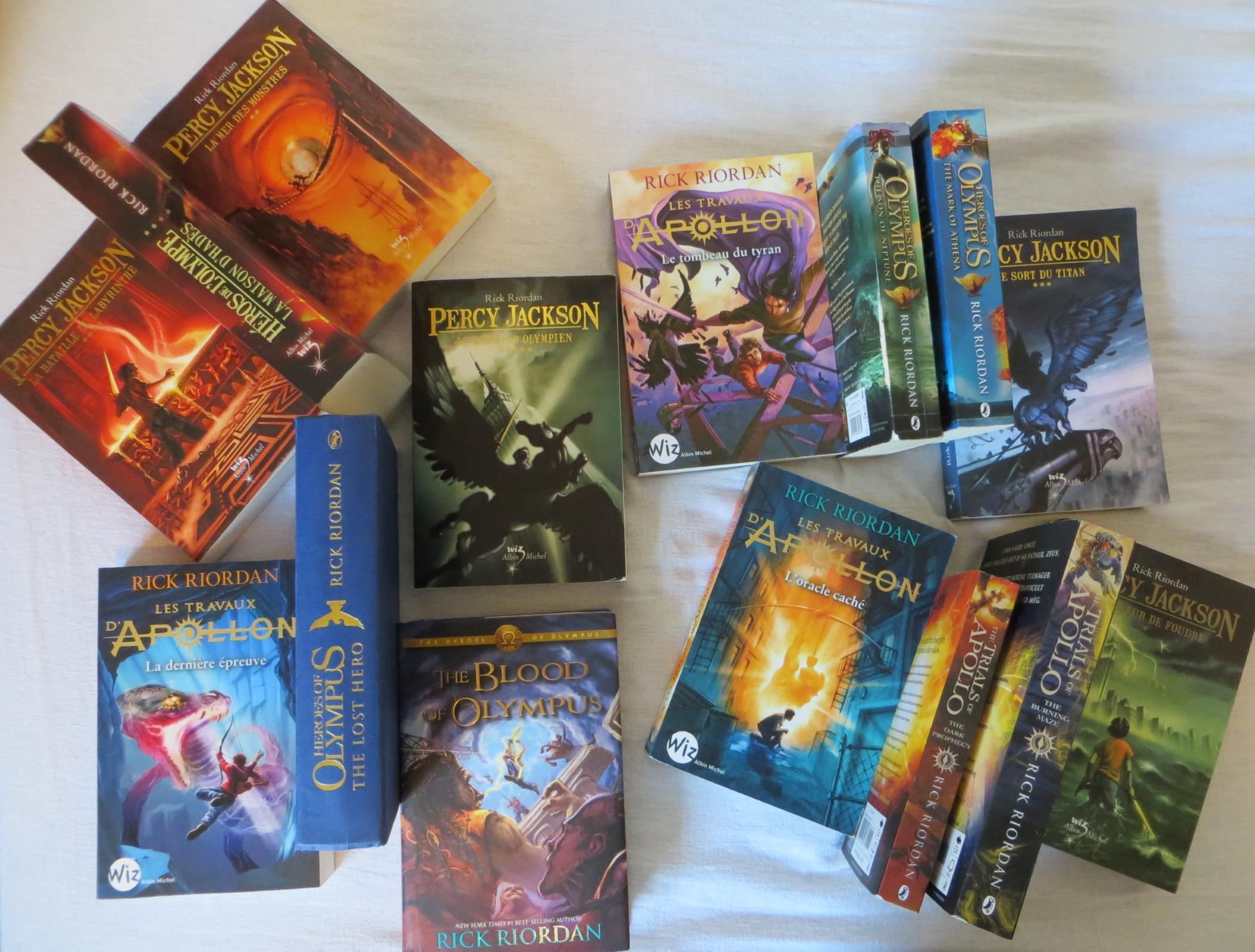 tous les tomes de Percy Jackson étalés sur un lit